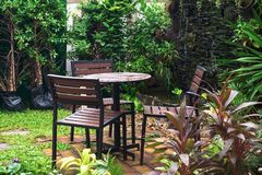 表和椅子在美丽的室外庭院里设置了 图库摄影