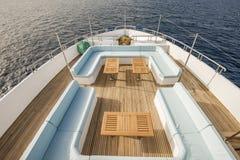表和椅子在豪华马达的弓甲板乘快艇 库存图片