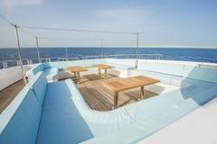 表和椅子在豪华马达的甲板乘快艇 免版税图库摄影