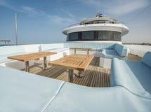 表和椅子在豪华马达的甲板乘快艇 图库摄影