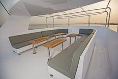 表和椅子在豪华马达的sundeck乘快艇 库存图片