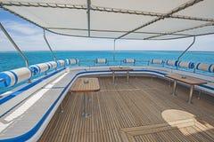 表和椅子在豪华马达的sundeck乘快艇 免版税库存照片