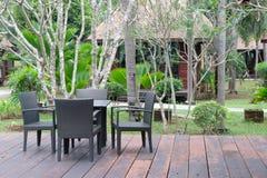 表和椅子在阳台前面 库存图片