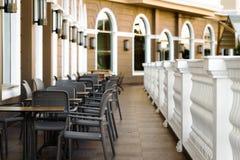 表和椅子在餐馆大阳台 库存图片