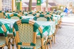 表和椅子在餐馆 免版税库存照片