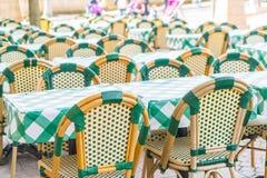 表和椅子在餐馆 免版税库存图片
