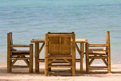 表和椅子有一个美好的海运视图,泰国。 免版税库存图片