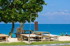 表和椅子有一个美好的海运视图,泰国。 免版税库存照片