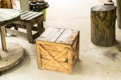 表和椅子由棕色木板箱制成适用于decorati 免版税库存图片