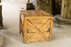 表和椅子由棕色木板箱制成适用于decorati 库存图片