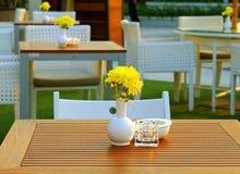 表和椅子设置在室外餐馆 免版税库存照片