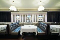 表和沙发在餐馆 免版税库存图片