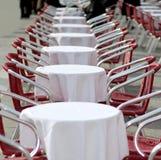表和红色椅子在一个在露天的咖啡馆在欧洲 免版税库存图片