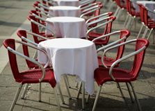 表和红色椅子在一个在露天的咖啡馆 库存照片