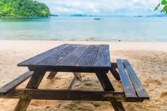 表和长凳在一个沙滩在背景 免版税库存照片