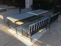 表和长凳在大厦下 免版税图库摄影