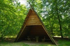 表和长凳在木凉亭在休息处在森林里 免版税库存图片