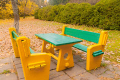 表和长凳在秋天公园 图库摄影