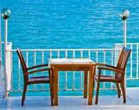 表在一家餐馆有海运视图 免版税库存图片