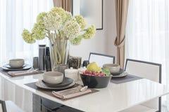 表在与花瓶的餐桌上设置了花 库存图片