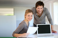 代表在互联网上的年轻学生电子教学路线 免版税库存照片