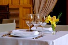 表在用一朵黄色兰花花装饰的餐馆 库存图片