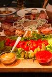 表在餐馆 蔬菜和肉 库存图片