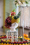 表在结婚宴会的设置果子 免版税库存图片