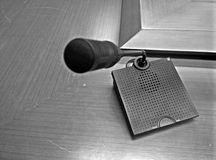 表在黑白的话筒射击 免版税库存照片