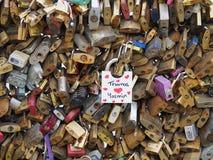 代表夫妇的永恒爱爱挂锁 库存照片