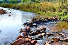表岩石山小河 库存图片