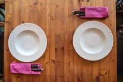 表布置在木背景的餐馆 免版税库存照片