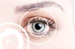 代表新的证明technolo的数字式眼睛特写镜头 免版税库存照片