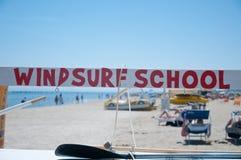 表明一风帆冲浪的schoo的出现的色的文本 免版税库存照片