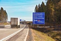 表明在路的路标方向 免版税库存照片