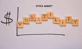 表明挥发性的拉长的图表在股票市场上 免版税图库摄影