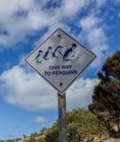 表明的标志给企鹅让路 免版税图库摄影