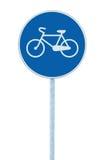 表明自行车路线的自行车道标志,大蓝色回合隔绝了路旁在杆岗位的交通标志 库存照片