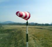 表明风的红白的风向袋 免版税图库摄影