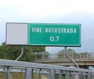 表明高速公路的末端在意大利罚款AUTOST的路标 库存照片