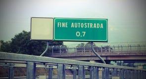 表明高速公路的末端在意大利罚款AUTOST的路标 免版税库存图片