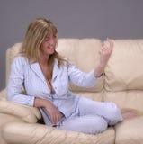 表明以她的手指的妇女来更加紧密 库存照片