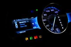 仪表板和数字显示-英里,燃料消费,速度 库存照片