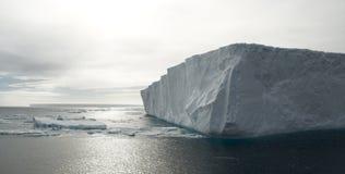 表格壁角的冰山 库存照片