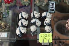 代表熊猫的瓷小雕象在商店(日本)被卖 免版税库存图片