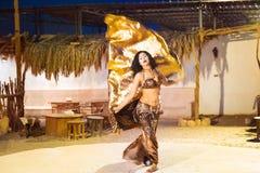表现的埃及肚皮舞表演者 免版税库存图片