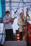 表现艺术家、歌手和音乐家声音有助合奏shoobedoobe爵士乐队 免版税图库摄影