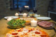 表用各种各样的食物供食与红酒 免版税库存图片
