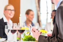 表用在工作午餐的酒在餐馆 免版税库存图片