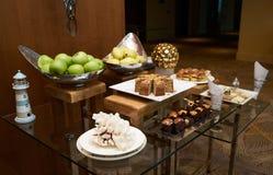 表用新鲜水果和酥皮点心在餐馆结块 库存图片